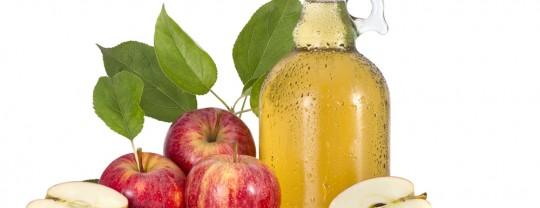 pommes et bouteille de vinaigre de cidre