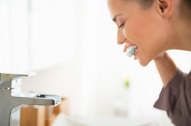 Contre les crises cardiaques, le brossage des dents