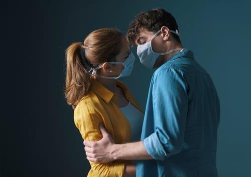 Faire l'amour avec un masque (et autres choses à ne pas faire en 2020)